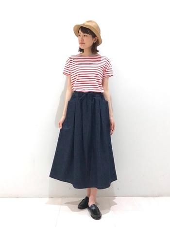 いつものデニムの代わりに履ける、デニムのギャザースカート。ウエストがゴムでリラックス感のある着心地も魅力です。ローファーミュールを合わせれば、カジュアル過ぎないマリンスタイルの完成です。