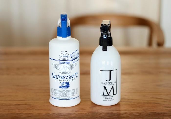 ササッと掃除するのに使い勝手が良いのがアルコールスプレーです。除菌ができるので、テーブルやキッチン周りに使いやすいですね。油汚れや皮脂汚れを落とす効果があるので、手垢がつきやすい場所の掃除に最適です。