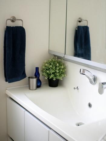 水廻りは特に汚れやすいポイントです。蛇口に水滴がついていると目立つので、こまめに拭く習慣をつけましょう。洗面台もびしゃびしゃのままにならないよう、サッと拭いて。