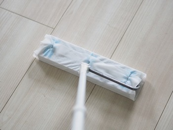フローリングモップは、掃除機のような音が出ないので夜や早朝でも掃除しやすいです。ウェットタイプのシートを使えば拭き掃除もできます。ホコリが溜まりやすい部屋の隅は入念に掃除して。