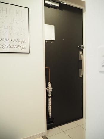 お客様を最初に迎える大事な場所が玄関です。ドアは外側も内側も汚れていないかチェックしましょう。毎日触れるドアノブ周辺や、砂ぼこりが付きやすい下の方は要チェック。