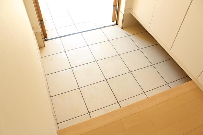 玄関のたたきは、外から帰ってきて靴を脱ぐ場所なので特に汚れが溜まりやすいんです。ほうきでササッと掃いて、拭き掃除もしてピカピカの玄関でお客様を迎えましょう。