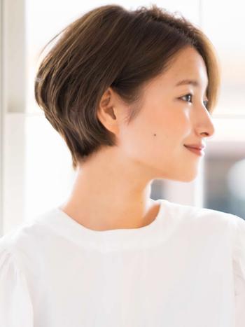 ショートは横からみたフェイスラインも大切です。  こちらは前髪を多めに残したやわらかなショートボブスタイル。後頭部にボリュームを持たせたキュートな仕上がり。  おでこを出して額の面積を広くすることで、輪郭がすっとして、女性らしさがアップします。特に丸顔さんにおすすめです。