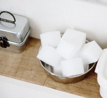 メラミンスポンジは、こびりついた汚れに力を発揮します。水につけて擦ると、消しゴムの要領で汚れを削り取ってくれます。小さくカットして常備しておきましょう。