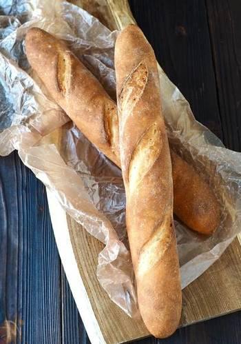 電子レンジを利用して、フランスパン作りで面倒な発酵を省いたフランスパンの生地レシピです。こね方もシンプルだけど、焼き上がりはまるでパン屋さんみたいですね。