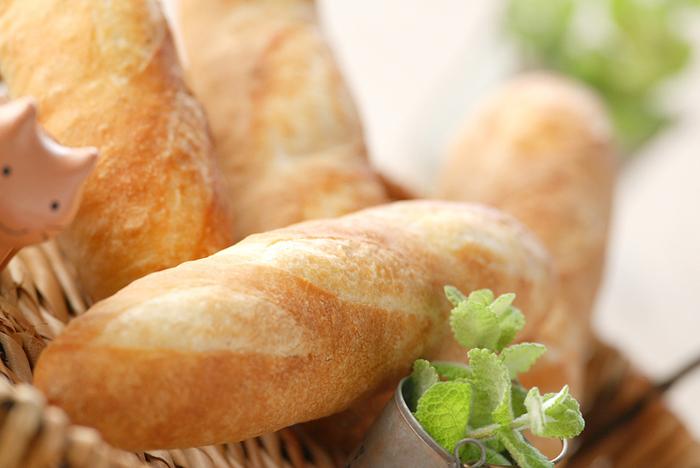 こちらは手ごねやホームベーカリーの代わりにフードプロセッサーで生地づくりをした方法です。少し小ぶりなサイズと形がとても可愛いフランスパンです。
