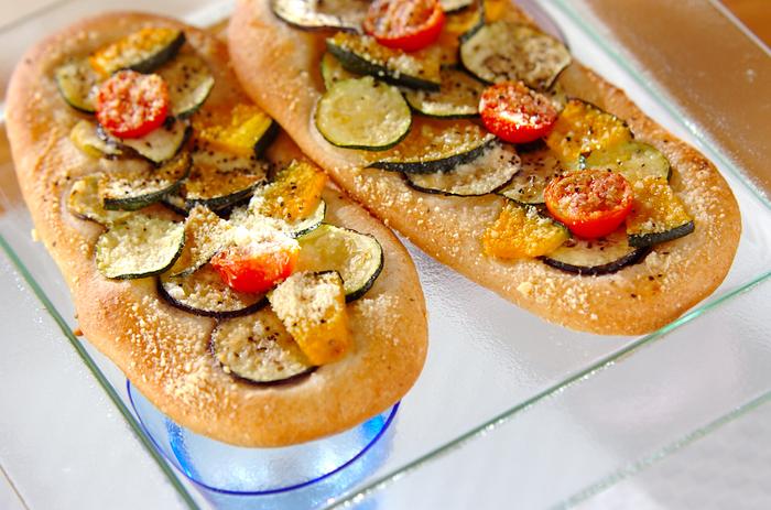 夏野菜をたっぷりのせて焼いたピザのようなフランスパンレシピです。野菜のみずみずしさが薄く焼いたフランスパンのパリッとした食感によく合います。