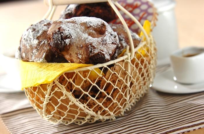 ココア味の生地にスイートチョコレートを混ぜ込んだ大人味のフランスパン。焼き立てはとろけたチョコレートが楽しめます。粉砂糖をかけてきれいにデコレーションしたら、プレゼントにするのもいいですね。