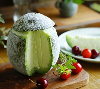 次に、メロンを器にして丸ごと使ったインパクトのあるアイスをご紹介します。まずメロンの上部を切り取って、種を除いて中身をくり抜きます(この時果肉を計量しておくと、他の材料の配分が分かりやすいですよ)。  外皮と蓋部分は先に凍らせておきましょう。ピューレ状にしたメロンと材料を順番に合わせていきます。製氷器でしばらく凍らせたらフードプロセッサーでよく混ぜ、出来上がったアイスをメロンの器に入れて蓋をしましょう。ほのかなココナッツオイルの香りがアジア風な、おしゃれなデザートの完成です。