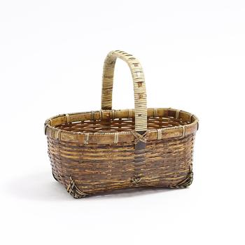"""次にご紹介するのは老舗の竹製品ブランド、『公長齋小菅(こうちょうさいこすが)』の美しい「ござ目手付きかご」です。素材には虎のようなまだら模様が入った珍しい竹、""""虎竹""""を使用しています。竹ならではのしなやかさと滑らかな手触り、職人さんの手で一本一本丁寧に編まれた美しい編み目が印象的です。"""