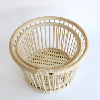 こちらは籐工芸の老舗、『ツルヤ商店』のおしゃれな「籐バスケット」です。昔から生活用品の素材に用いられてきた丈夫な籐(ラタン)を使用し、曲げる・巻く・編むのひとつひとつ工程が全て手作業で行われています。