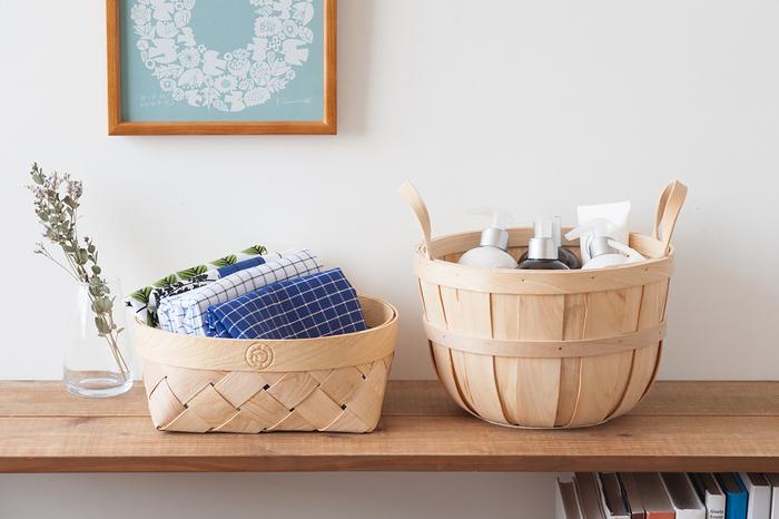 大きさやデザインなど様々な種類がある〈かご〉は、暮らしの中の用途やインテリアに合わせて選ぶことで、美しい収納にも一役買ってくれる便利なアイテムです。 「キッチン周りの日用品をおしゃれに収納したい」、「リビングの小物をスッキリさせたい」という方は、さっそく収納スペースに素敵なかごを取り入れてみませんか?