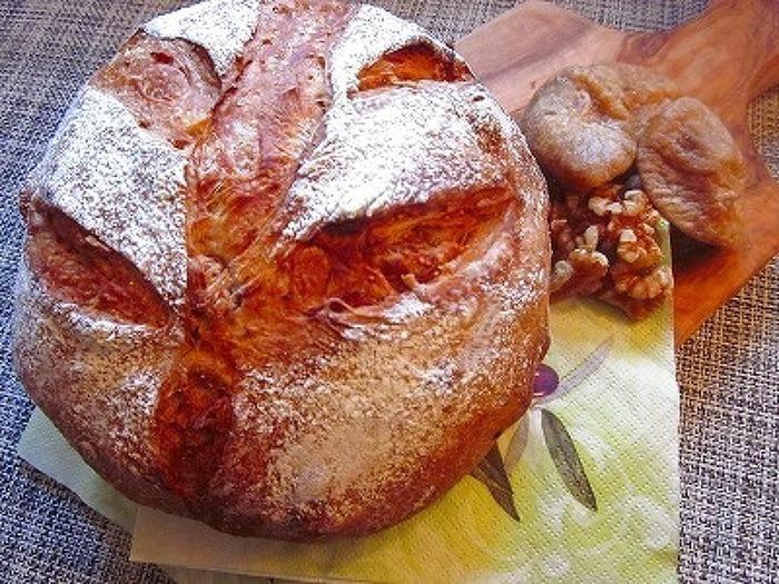 「ブール」と言われる丸型のフランスパンです。やさしい甘みのいちじくのドライフルーツと香ばしいくるみを混ぜ込んで焼いています。割れたクープの焼き具合がとても美味しそうですね。