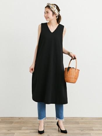 シンプルなワンピース×デニムのおしゃれなレイヤードスタイル。スカーフとかごバッグの上品な小物使いも素敵ですね。