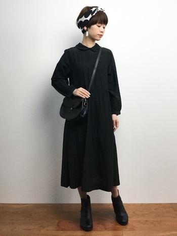 全て黒で統一したオールブラックコーデに、ドット柄のスカーフをプラスして大人可愛い雰囲気に。クラシカルで上品な雰囲気がとっても素敵です。
