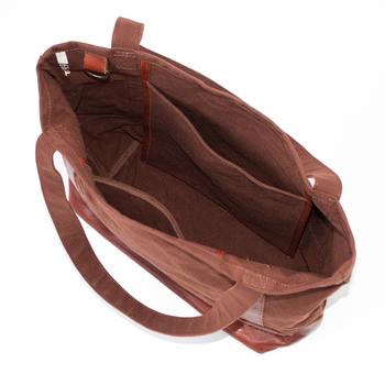 キーフックやポケットなど、毎日のための使いやすさが工夫されています。普段使いに丁度いいサイズとデザインです。