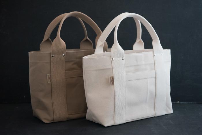 帆布の張りが美しいトートバッグです。MとSの2サイズ展開で、ベーシックな色合いが飽きが来ないで使い続けられそう。