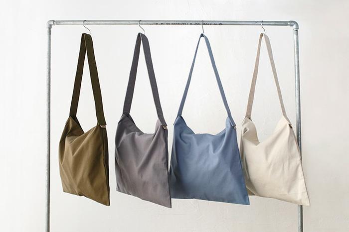 マチの無いペタリとしたデザインが心地よいショルダーバッグです。飾り気のない外見が生地の風合いをよく伝えてくれます。