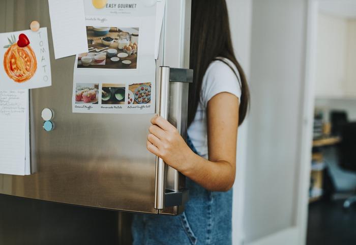 消費期限切れの食品は冷蔵庫に眠っていませんか?ドレッシングやマヨネーズ、ケチャップなども一度チェックしてみてください。他にも、「いつか使うかも…」と何気なくためてしまうわさびやからしなどは、いつ頃からあるのか分からなくなっているモノも。食品や飲料のストックも要注意です。消費期限をチェックして、古くならないうちに使い切ってしまいましょう。