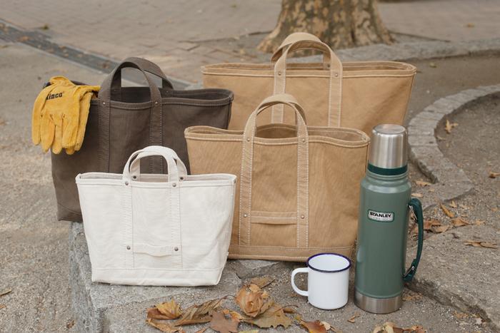 豊富なサイズ展開が嬉しいシンプルなトートバッグです。丈夫な生地、丁寧な対応縫製で長く愛用できるように作られています。