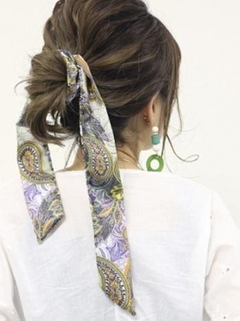 こんな風にスカーフを1枚巻くだけで、アップスタイルもよりエレガントな雰囲気に。お洋服やアクセサリーに合わせて、お気に入りの色・柄を選んでみてはいかがでしょうか。