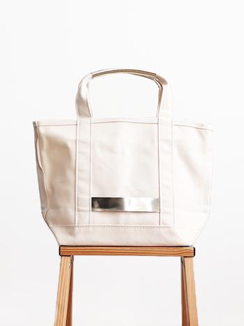 取っ手とボディに使われた牛革がポイントになっているトートバッグです。職人による手作業で、日本国内で生産されています。