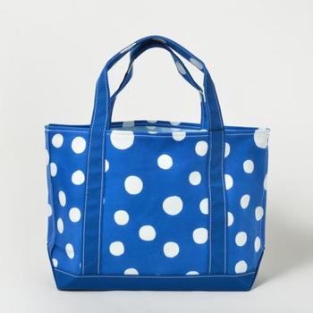 帆布製のバッグにはちょっと珍しい型染めのトートバッグです。丸や三角、四角などシンプルな図案が青やオレンジに美しく染め抜かれたシリーズです。