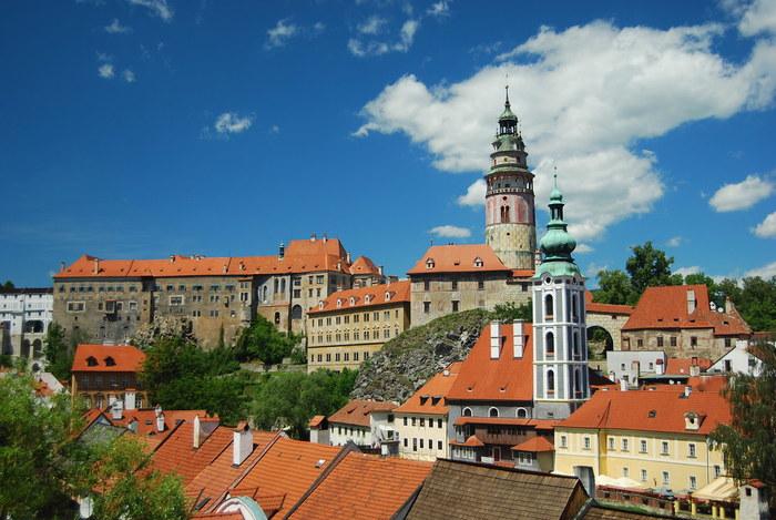 街はずれの高台には、巨大な城、チェスキー・クルムロフ城がそびえ立っています。この城のシンボルともいえる特徴的な塔はルネッサンス様式のもので、旧市街を一望できる恰好の眺望スポットとして知られています。城は13世紀に創建されたものですが、後に次々と新しい建造物が増築され現在のような大きさとなりました。