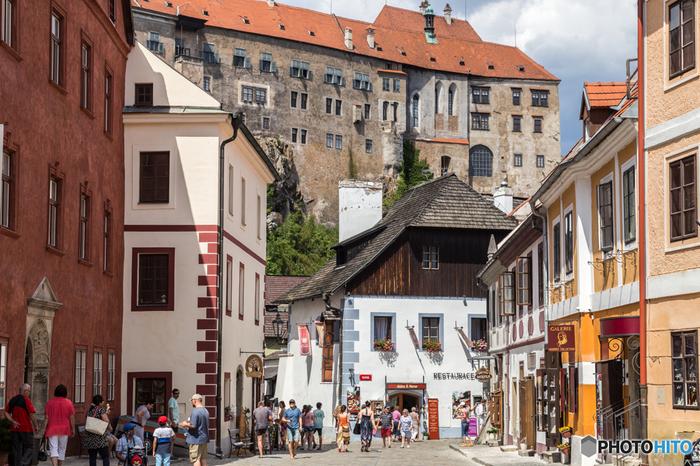 14世紀から16世紀にかけてチェスキー・クルムロフの街は大きく発展し、ほぼ現在の姿となりました。しかし、その後、街の支配者が変わる都度、近代化から取り残されていきました。そのため、チェスキー・クルムロフ旧市街は、街が最も繁栄した16世紀の姿が、現在も色褪せることなく残されています。