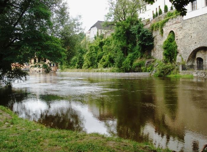 大きくS字に湾曲したヴァルタヴァ川に抱かれた街は、ルネッサンス時代の面影を色濃く残しています。ゆったりと流れるヴァルタヴァ川と川沿いに立つ古い建物が見事に融和し、ヴァルタヴァ川沿いの風景はどこを切り取っても絵になります。
