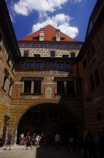 ボヘミア地方では、プラハ城に次ぐ大きさを誇るこの城には、5つの中庭があります。増築された各時代の建築様式が入り混じり、一つの大きな美しい建物となっています。