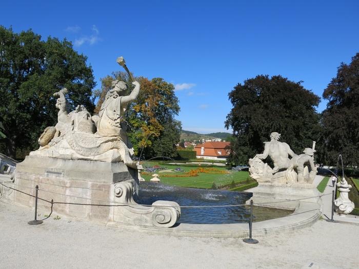 バロック様式の美しい庭園も必見です。緑豊かな庭園は、まるで大きな公園のような雰囲気で、散歩をするのに最適の場所です。