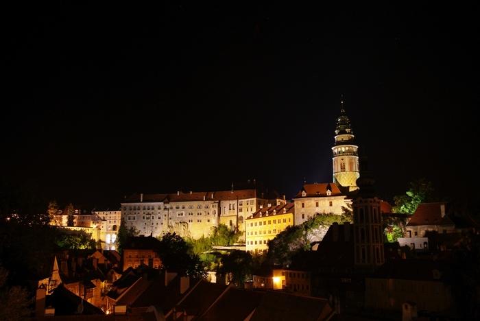 夜になるとチェスキー・クルムロフ城はライトアップされます。漆黒の世闇に浮かび上がる壮麗な城の姿は幻想的で、いつまで眺めていても飽きることはありません。