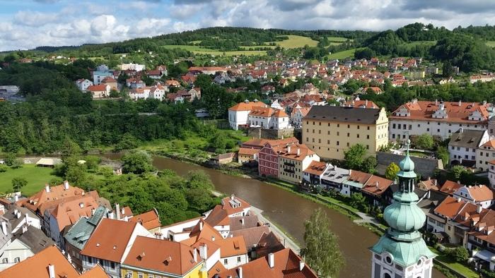 高台にそびえ立つ城の塔からは、旧市街を一望することができます。緑豊かな丘陵地帯に、赤い屋根の可愛らしい家々が立ち並ぶ様子は、まるで緑のベルベットにルビーを散らしたかのような美しさです。