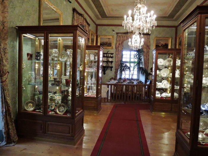 塔の一階部分は博物館となっています。ここでは、サロン、ベッドルーム、陶器類をはじめとする調度品、歴代の城主が集めた美術品などが展示されています。