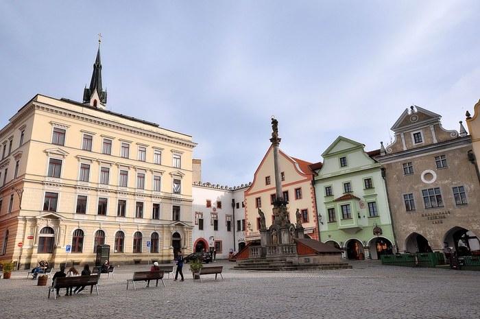 市庁舎に面したスヴォルノスティ広場は、旧市街の中心部です。石畳が敷かれた広場を囲むように立ち並ぶパステルカラーの壁をした可愛らしい建物は、広場の華やかさを引き立てています。