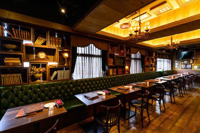 渋谷駅のほど近くにある「Dining Bar Corn-barley(ダイニングバー コーンバレー)」は、落ち着いた大人の雰囲気の中、美味しいお酒とともにお肉料理やシカゴピザを堪能できるお店。