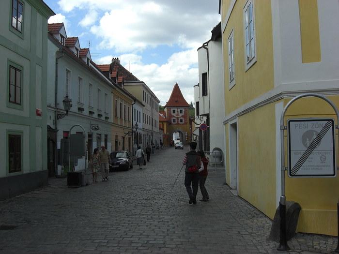 チェスキー・クルムロフ城と、ブディェヨヴィツェ門を結ぶラトラーン通りは、旧市街のメインストリートの一つです。石畳の坂道の両側には、パステルカラーの壁をした家が並んでおり、ここを歩いていると、まるで絵本の中に入り込んだような気分を味わうことができます。