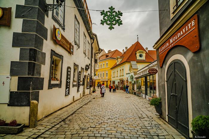 旧市街に一歩足を踏み入れると、まるで中世にタイムスリップしたような錯覚を感じます。起伏の多い坂道、石畳が敷かれた道、その両側に並ぶ家は、数百年前から変わらない佇まいをしています。