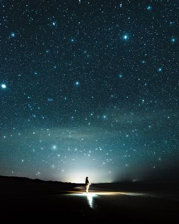 「星が見えるのは暗い夜だけだ」という言葉もありますが、夜明け前の暗さを経験した人ほど、自分の求めるものが明確にわかり、小さな幸せがより輝いて見える、という事があります。  深い悲しみを感じたぶんだけ、最高の幸福にたどりつけるはず。