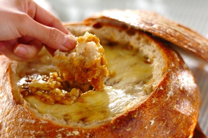 パン・ド・カンパーニュを丸ごと1個使った豪快な料理。パンをくり抜いて、カレーを詰め込み、チーズをのせてオーブンで焼き上げます。カレーが少ないときは、食パンをくり抜いて作ってもいいですね。