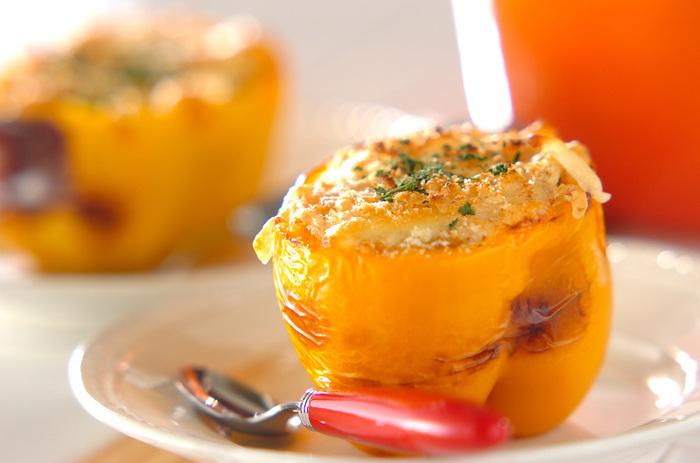 ご飯にカレーとレーズンを混ぜて、種をくり抜いたパプリカに詰めて焼き上げるだけ。パプリカの器がおしゃれでおもてなし料理としてもおすすめ。残り物をおしゃれにリメイクできる、褒められレシピ。