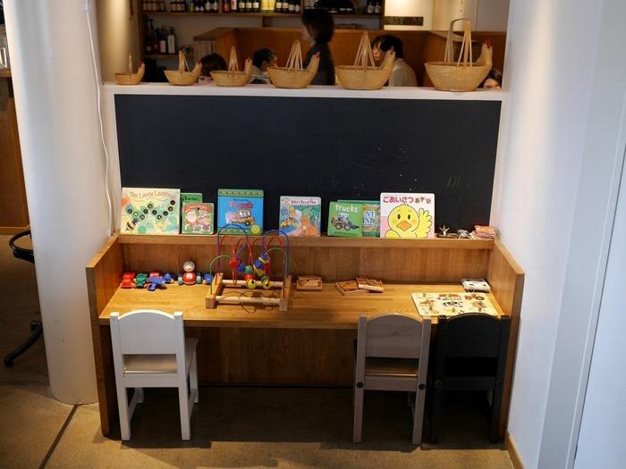 キッズスペースもあるので、お食事を待つ間は絵本やおもちゃで遊べます。スタッフの方もきめ細やかに対応してくれるので、お子さん連れでも安心してお食事を楽しめます。