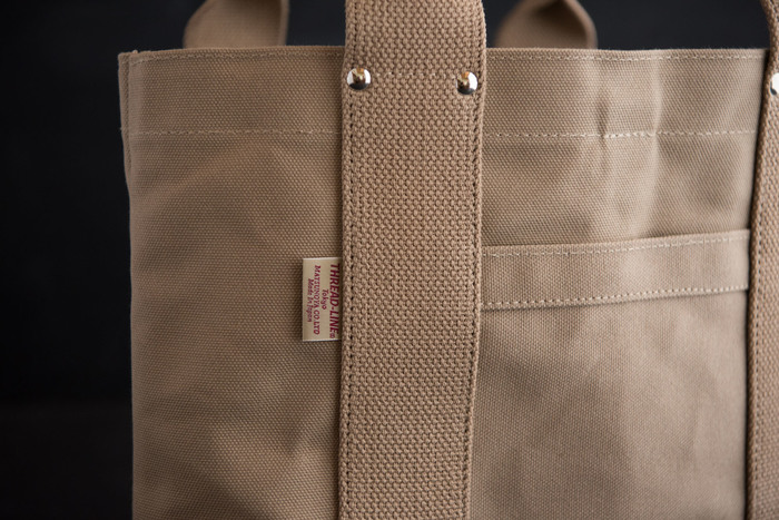 綿100%で出来た、平織りの厚手の布のことを「帆布」と呼びます。丈夫で使い込むほどに風合いが変化していくのが魅力です。
