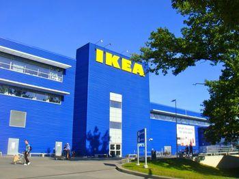 IKEAという名前の由来はそもそも「Ingvar Kamprad, Elmtaryd, Agunnaryd」 の頭字語をとったものなのです。Ingvar Kamprad(イングバル・カンプラート)はIKEAの創設者の名前、Elmtarydは創設者が育った農場の名前、Agunnaryd はスモーランド地方にある彼の出身地の地名です。