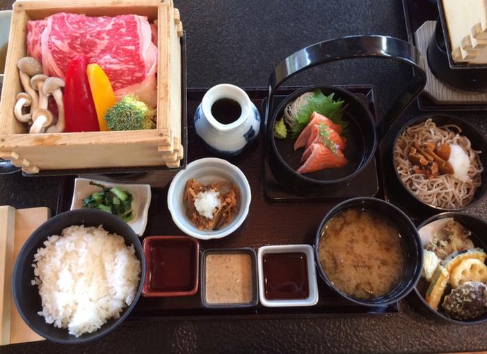 ランチで人気の「信州の彩り御膳」は、牛肉と野菜のせいろ蒸し、□信州サーモンのお刺身、季節野菜の天ぷら、ミニ蕎麦や小鉢などバランスが良くボリュームも満点です。