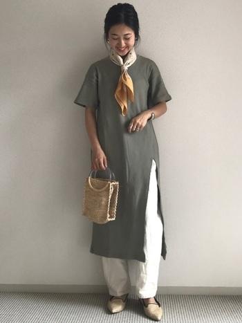 ホワイトパンツを一枚で穿くのに抵抗がある方は、ワンピースとのレイヤードから始めてみてはいかがでしょう。スカーフとカゴバッグを合わせれば、上品なワンピースコーデに仕上がります。