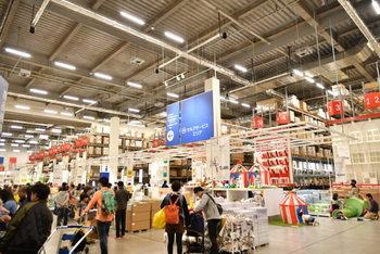 日本では、2004年に「イケア・ジャパン」が設立され、IKEA第1号店が、2006年、船橋にオープンしました。IKEA船橋店から「IKEATokyo-Bay」に改名し、現在でも多くのお客さんで賑わっています。2019年現在、日本には北は仙台から南は福岡まで、10店舗近いストアを展開しています。
