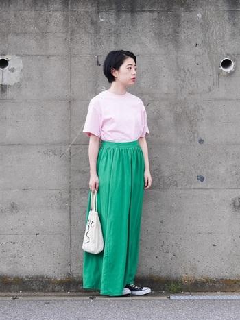 スタイリングによってはかわいくなり過ぎてしまいそうな、パステルピンクのTシャツ。グリーンのマキシ丈スカートを相棒にすれば、甘さを抑えた大人ガーリーなコーディネートに!