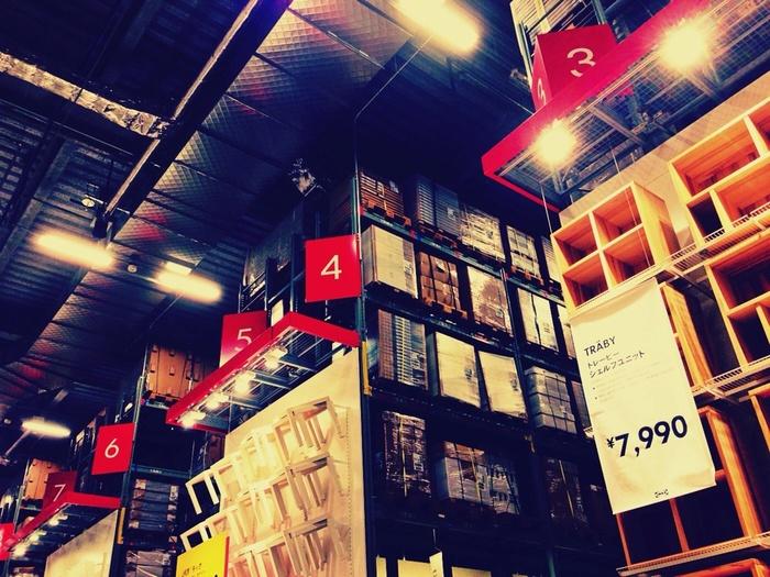 IKEAのストア内は、2階のショールーム・イケアレストラン、そして1階のマーケットホール・セルフサービスエリアがあります。そして、レジを通過後、スウェーデンフードマーケット・ビストロがある、なんとも盛りだくさんのストアです。ストア内はとても広く倉庫のようで、たくさん歩きますよ。動くやすく歩きやすい服装で訪れるのがベストです。